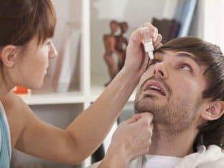 процесс закапывания глаза