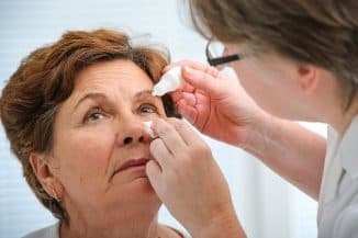 закапывание глаз пожилым