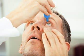 закапывание глаз пожилому человеку