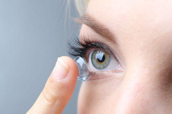 использовать контактные линзы
