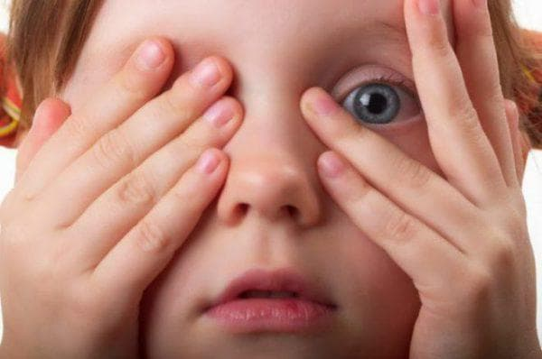 почему ребенок часто моргает глазами