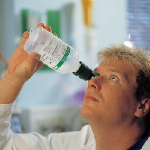 промыть глаза физиологическим раствором
